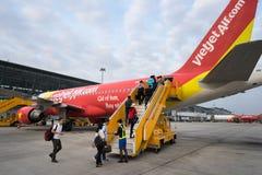 河内,越南- 2016年10月22日:上在VietJet飞机的乘客在Noibai机场 免版税库存照片