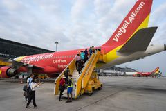 河内,越南- 2016年10月22日:上在VietJet飞机的乘客在Noibai机场 库存照片