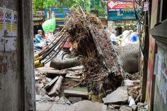 河内,越南- 2015年6月14日:下落的树在街道上在Minh Khai街道损坏了由自然重的风暴 免版税库存图片