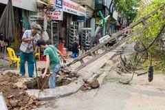 河内,越南- 2015年6月14日:下落的电子杆在街道上损坏了由在金Nguu街道的自然重的风暴 库存图片