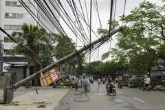 河内,越南- 2015年6月14日:下落的电杆在街道上损坏了由在金Nguu街道的自然重的风暴 免版税库存照片