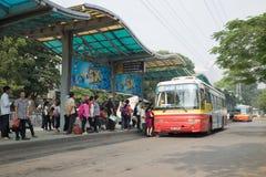 河内,越南- 2015年10月25日:与人等待的公共汽车线的汽车站在河内市 免版税库存图片