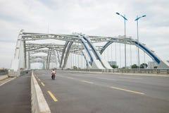 河内,越南- 2015年8月30日:东Tru曲拱桥梁,由钢管制成充满水泥,为安全测试开通了  库存照片