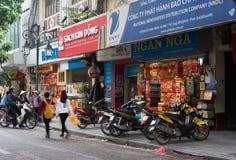 河内,越南- 2014年11月16日:书店外视图在Dinh Liet街道的 卖在边路是共同的在河内,越南 免版税库存照片