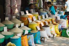 河内,越南- 2015年10月25日:亚洲米的各种各样的类型在河内街道上的待售 免版税库存图片