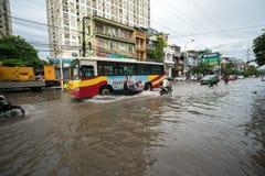 河内,越南- 2017年7月17日:交易在被充斥的Minh Khai街道上在与汽车,横渡深水的摩托车的大雨以后 免版税库存照片