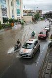 河内,越南- 2017年7月17日:交易在被充斥的Minh Khai街道上在与汽车,横渡深水的摩托车的大雨以后 图库摄影