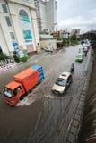 河内,越南- 2017年7月17日:交易在被充斥的Minh Khai街道上在与汽车,横渡深水的摩托车的大雨以后 免版税图库摄影