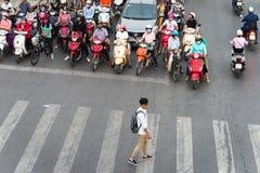 河内,越南- 2016年10月11日:交通鸟瞰图在戴La街道上的在高峰时间,与男孩横穿街道 库存照片