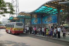 河内,越南- 2015年10月25日:人等待的公共汽车线在汽车站的在河内市 库存照片