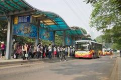河内,越南- 2015年10月25日:人等待的公共汽车线在汽车站的在河内市 图库摄影