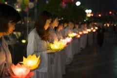 河内,越南- 2014年10月10日:佛教徒拿着花诗歌选和色的灯笼庆祝的菩萨` s生日被组织在 免版税库存图片