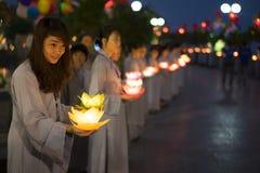 河内,越南- 2014年10月10日:佛教徒拿着花诗歌选和色的灯笼庆祝的菩萨` s生日被组织在 免版税库存照片