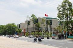 河内,越南- 2015年5月24日:全景新的国民议会大厦街道视图,是一个公开大大厦,位于Ba 库存照片