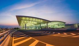 河内,越南- 2015年7月12日:内排国际机场宽看法微明的,最大的机场在北越南, h 免版税图库摄影