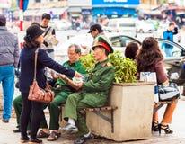 河内,越南- 2016年12月16日:制服的年长人在城市停放 复制文本的空间 库存照片