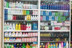 河内,越南- 2015年10月25日:化妆用品和医疗保健在河内街道购物以产品巨大品种  免版税库存照片