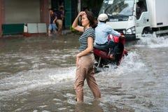 河内,越南- 2017年7月17日:在大雨以后的被充斥的Minh Khai街道与人,摩托车,横渡深水的汽车 免版税库存图片