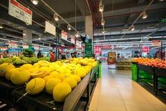 河内,越南- 2017年7月10日:在架子的新鲜水果在Vinmart超级市场, Minh Khai街道 库存照片