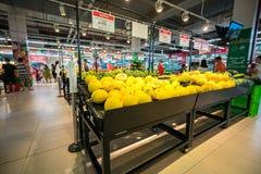 河内,越南- 2017年7月10日:在架子的新鲜水果在Vinmart超级市场, Minh Khai街道 免版税库存图片