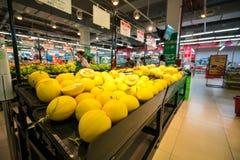 河内,越南- 2017年7月10日:在架子的新鲜水果在Vinmart超级市场, Minh Khai街道 免版税库存照片
