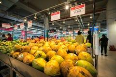 河内,越南- 2017年7月10日:在架子的新鲜的椰子在Vinmart超级市场, Minh Khai街道 免版税库存照片