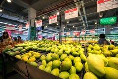 河内,越南- 2017年7月10日:在架子的新鲜的芒果在Vinmart超级市场, Minh Khai街道 库存图片