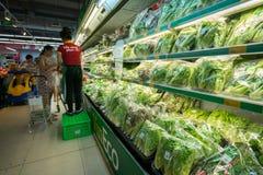 河内,越南- 2017年7月10日:在架子的有机菜在Vinmart超级市场, Minh Khai街道 Vineco品牌菜 免版税库存图片