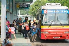 河内,越南- 2015年10月25日:在驻地的人上的公共汽车在河内市 免版税图库摄影
