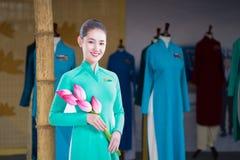 河内,越南- 2016年10月15日:在Ao戴节日的特写镜头越航空中小姐时装模特佩带的制服在Hoang Dieu stre 免版税库存照片