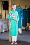河内,越南- 2016年10月15日:在Ao戴节日的越航空中小姐时装模特佩带的制服在Hoang Dieu街道上 图库摄影