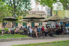 河内,越南- 2015年4月5日:在Hoan Kiem湖,河内的中心的户外开放咖啡馆 免版税库存图片
