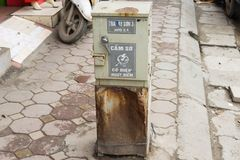 河内,越南- 2015年3月15日:在Tay儿子街道上的损坏的老电子内阁 免版税库存图片