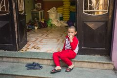 河内,越南- 2016年11月13日:坐在sta的小男孩 免版税库存图片