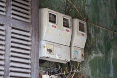 河内,越南- 2016年2月28日:垂悬在一个房子的墙壁上的电表在河内 电供应仍然是在c的一件大事情 免版税库存照片