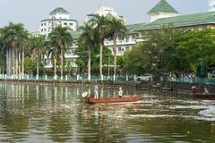 河内,越南- 2016年10月2日:垃圾收集工,环境工作者采取许多死的鱼从西湖 免版税库存照片