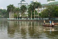河内,越南- 2016年10月2日:垃圾收集工,环境工作者采取许多死的鱼从西湖 库存图片