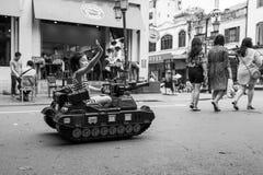 河内,越南- 2018年4月13日:女孩在河内交通镇定的地区驾驶玩具坦克  库存图片