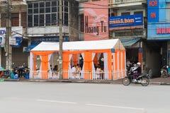 河内,越南- 2015年3月15日:婚礼屋子在Pham Ngoc撒奇街道的街道上组织了  由于缺乏自由空间, 免版税库存图片