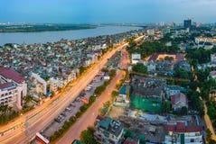 河内,越南- 2015年9月19日:安格纽Khoai街道空中地平线视图有横渡背景的荣市Tuy桥梁的红河 H 免版税库存照片