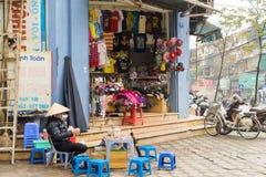 河内,越南- 2015年3月15日:小时尚商店外视图在Chua Boc街道上的 商店的小茶摊位前面 免版税库存照片