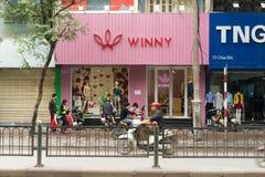 河内,越南- 2015年3月15日:小时尚商店外视图在Chua Boc街道上的 有很多名牌服装, imita 免版税图库摄影
