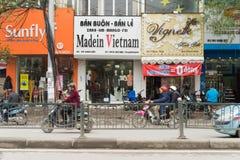 河内,越南- 2015年3月15日:小时尚商店外视图在Chua Boc街道上的 有很多名牌服装, imita 免版税库存照片