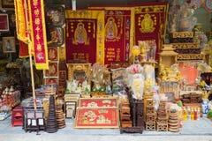 河内,越南- 2015年11月1日:崇拜的对象在河内街道上的待售:葬礼旗子,法坛,花灯笼 奉献物在Orie 免版税库存照片