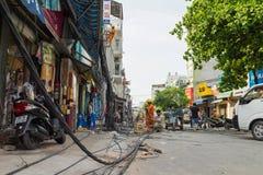 河内,越南- 2015年6月14日:工作者在Truong Dinh街道的超级重的风暴以后固定损坏的电信缆绳 T 免版税库存图片