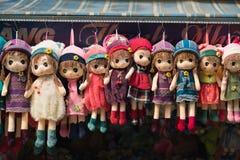 河内,越南- 2015年10月25日:布料玩偶在吊Ma街道上的待售 街道为卖玩具,纸物品是著名的和  图库摄影