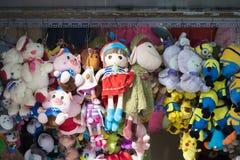 河内,越南- 2015年8月30日:布料玩偶在吊Ma街道上的待售 街道在越南中间Autum前是拥挤和繁忙的 图库摄影