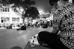 河内,越南- 2018年4月13日:幼小越南妇女爱犬在河内 免版税库存照片