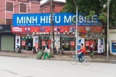 河内,越南- 2015年3月15日:手机商店正面图Chua Boc街道的 越南成为潜在的高科技产品 库存图片