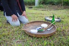 河内,越南- 2015年11月15日:提供为传统雨祈祷的仪式反对在越南族群村庄  免版税库存图片